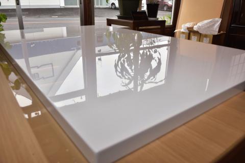 こたつテーブル 白 120㎝ 鏡面仕上げの風景の映り込みの写真 天板上部