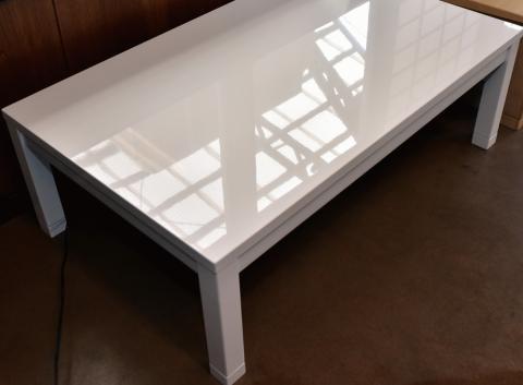 こたつテーブル 白 120㎝ 鏡面仕上げの風景の映り込みの写真 全体